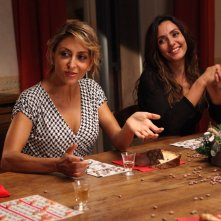 Un natale stupefacente: Ambra Angiolini e Paola Minaccioni sedute a tavola