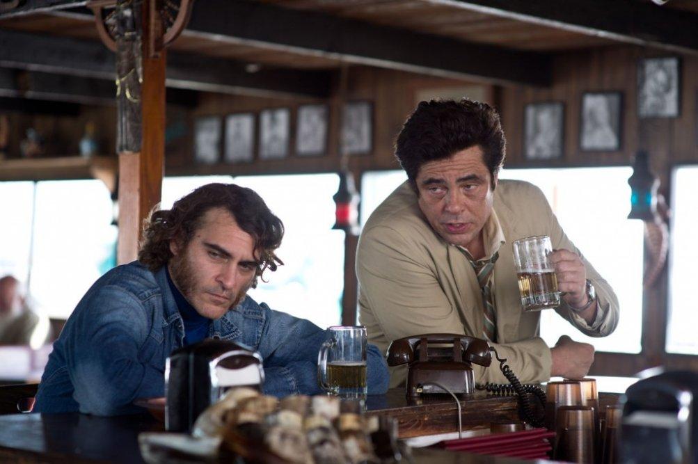 Vizio di forma: Joaquin Phoenix con Benicio Del Toro in una scena del film
