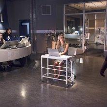 The Flash: i protagonisti della serie e Felicity nell'episodio intitolato Going Rogue