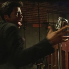 Get on Up: Chadwick Boseman in una scena del film nei panni del grande James Brown