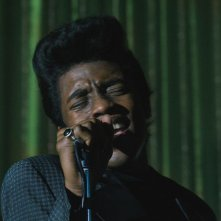 Get on Up: Chadwick Boseman nel ruolo del re del soul James Brown in una scena del film