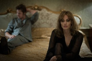 By the Sea: Brad Pitt con Angelina Jolie in una scena