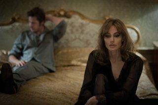 By the Sea: Brad Pitt con Angelina Jolie in una scena