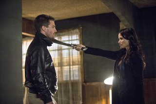 Arrow: Stephen Amell e Katrina Law in una scena di The Magician