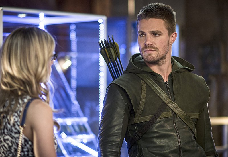 Arrow: Emily Bett Rickards e Stephen Amell nell'episodio The Magician