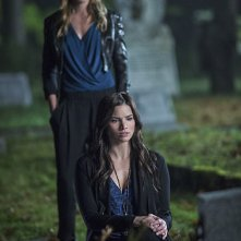 Arrow: le attrici Katie Cassidy e Katrina Law in una scena di The Magician