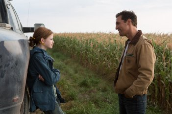 Interstellar: Matthew McConaughey in una scena con la giovane Mackenzie Foy