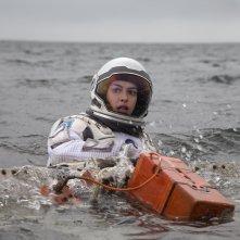 Interstellar: Anne Hathaway impegnata in un recupero in mare in una scena del film