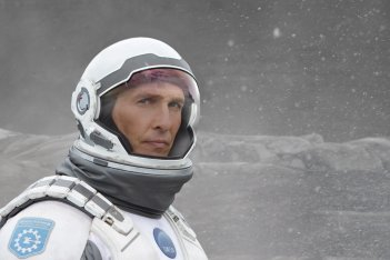 Interstellar: Matthew McConaughey guarda verso il cielo in una scena del film