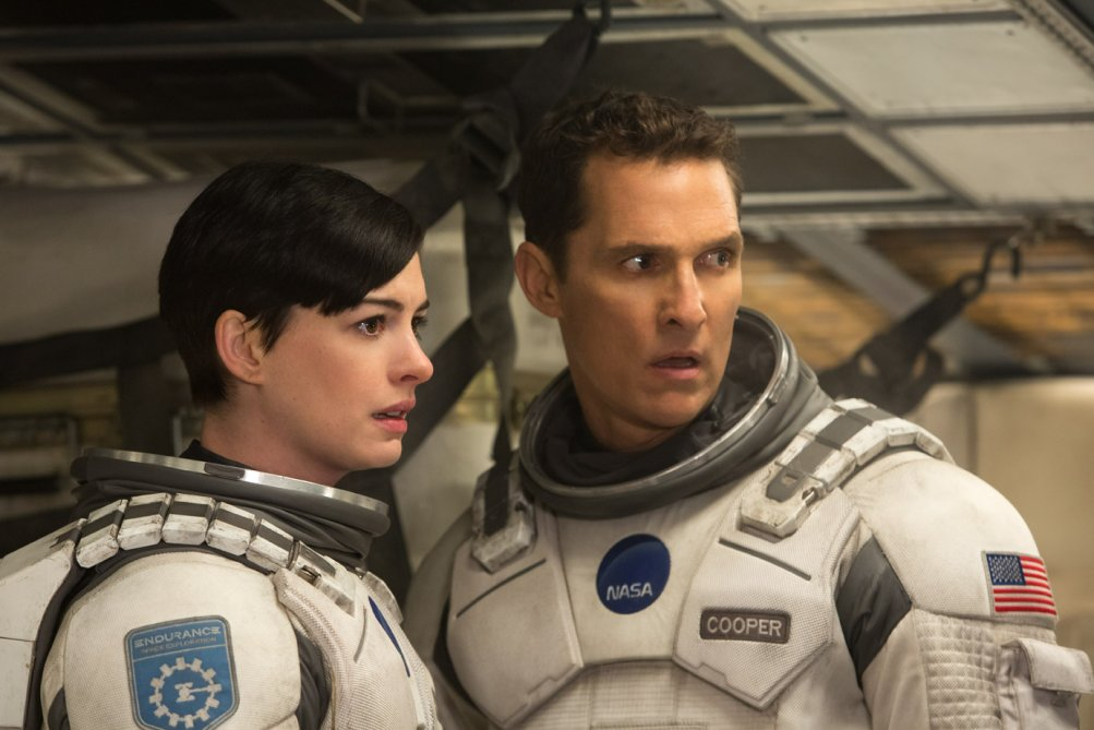 Interstellar: Matthew McConaughey al fianco di Anne Hathaway in un momento del film