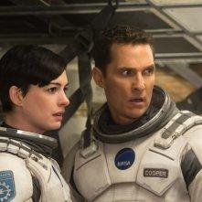 Interstellar: Matthew McConaughey al fianco di Anne Hathaway in un momento del film