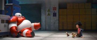 Big Hero 6: Hiro in una scena con il suo amico robot Baymax