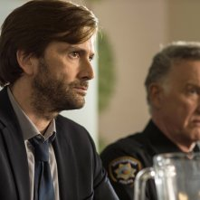 Gracepoint: gli attori David Tennant e Tom Butler nel quinto episodio