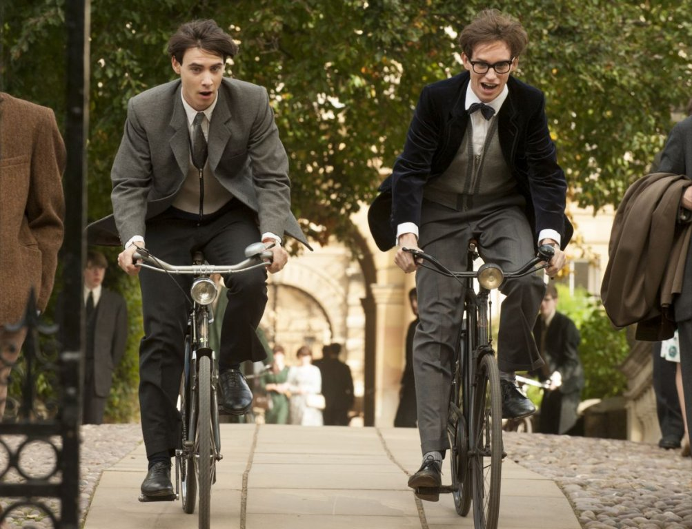 La Teoria del Tutto: Eddie Redmayne con Harry Lloyd in una scena del film