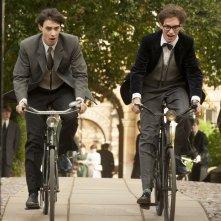La Teoria del Tutto: Eddie Redmayne con Harry Lloyd in una scena del film