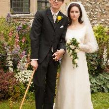 La Teoria del Tutto: Felicity Jones e Eddie Redmayne in una foto ricordo nuziale nei panni di Stephen e Jane Hawking