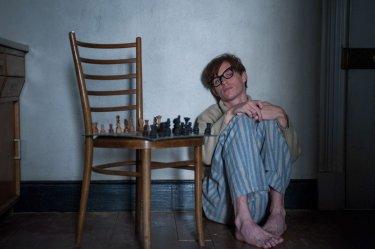 La Teoria del Tutto: Eddie Redmayne nei panni di Stephen Hawking in una scena del film