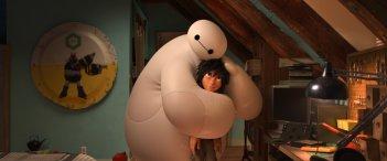 Baymax abbraccia il piccolo Hiro in una scena tratta dal film Disney-Pixar 'Big Hero 6'