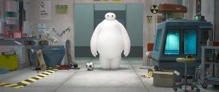 Il robot bianco Baymax in una scena di 'Big Hero 6'