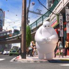 Il nostro eroe gigante a spasso per la città in una scena di 'Big Hero 6'