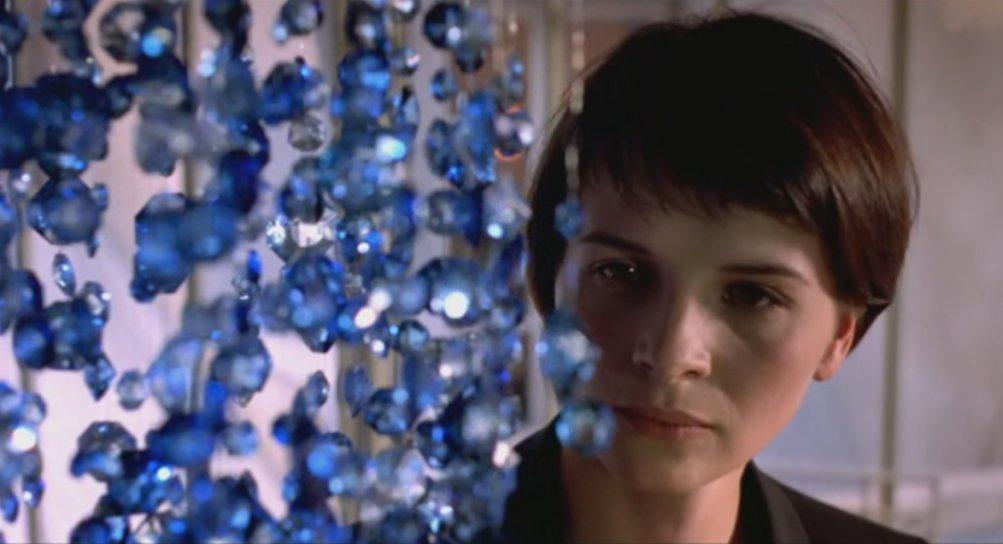 Film Blu: Juliette Binoche in una scena del film di Krzysztof Kieślowski