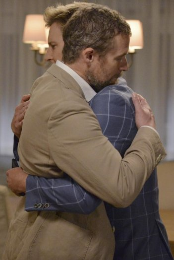 Revenge: James Tupper abbraccia Gabriel Mann in una scena dell'episodio Damage