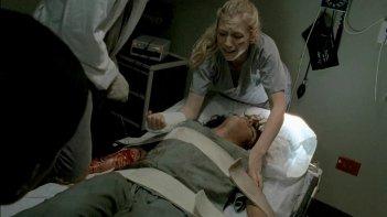 The Walking Dead: Emily Kinney in una drammatica scena dell'episodio Il prezzo della salvezza