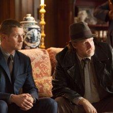 Gotham: gli attori Donal Logue e Ben McKenzie in L'ombrello del Pinguino