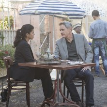 Homeland: Nazanin Boniadi e Mark Moses in From A to B and Back Again