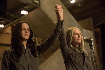 Hunger Games: Il Canto della Rivolta - Parte 1: Jennifer Lawrence con Julianne Moore in una scena del film