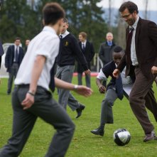 Clive Owen gioca a pallone con i suoi studenti in una scena di Words and Pictures
