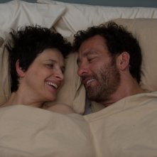 Words and Pictures: Juliette Binoche e Clive Owen innamorati in una scena del film