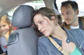 Due giorni, una notte: Fabrizio Rongione insieme a Marion Cotillard in un'immagine del film drammatico