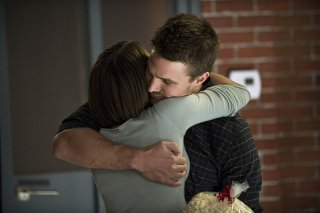 Arrow: Willa Holland e Stephen Amell in The Secret Origin of Felicity Smoak