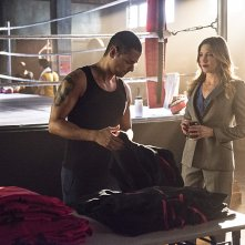 Arrow: J.R. Ramirez e Katie Cassidy in una scena di The Secret Origin of Felicity Smoak