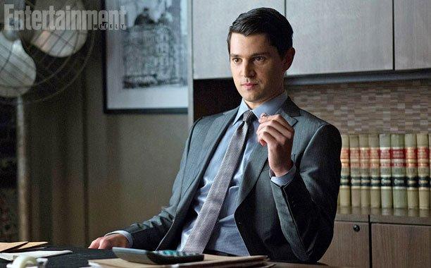 Gotham: Nicholas D'Agosto dietro la scrivania