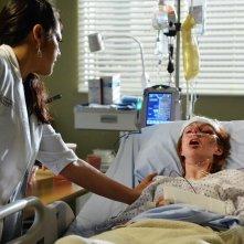 Grey's Anatomy: la dottoressa Callie, interpretata da Sara Ramirez, cura una paziente in Don't Let's Start