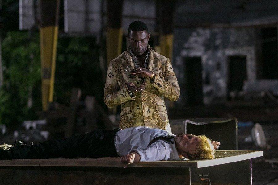Constantine: gli attori Michael James Shaw e Matt Ryan nell'episodio The Devil's Vinyl