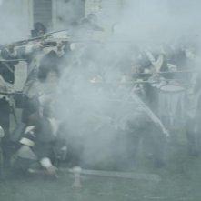 Il leone di vetro: il fumo dei cannoni in una scena del film
