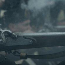 Il leone di vetro: pistole fumanti in una scena del film