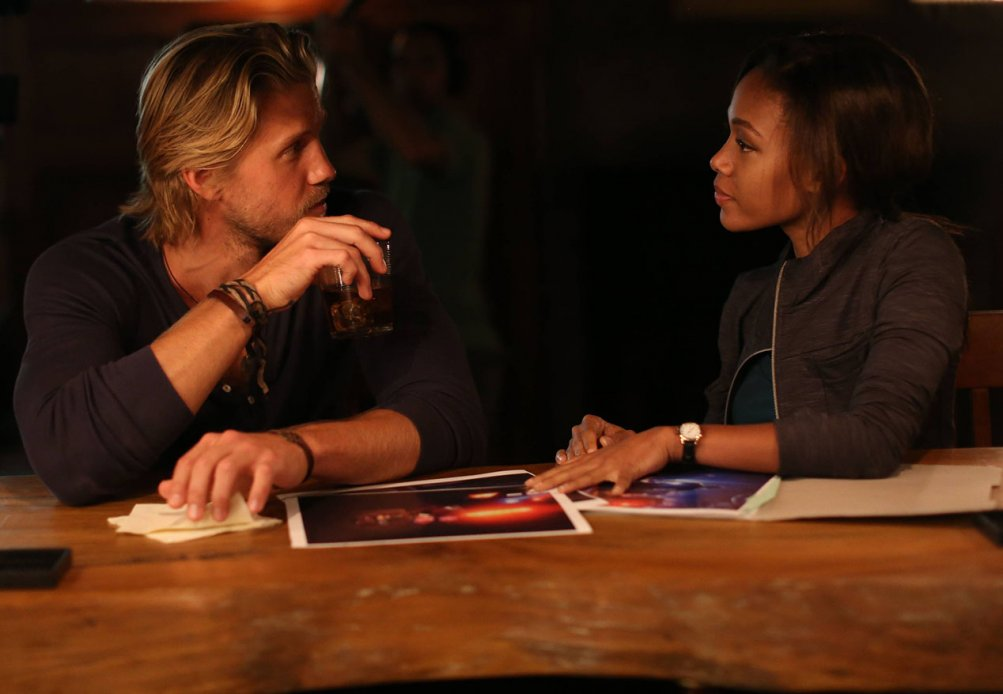 Sleepy Hollow: Matt Barr e Nicole Beharie in una scena di Heartless