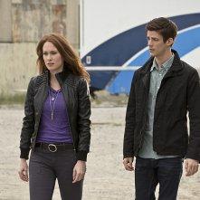 The Flash: Kelly Frye e Grant Gustin in una scena dell'episodio Plastique
