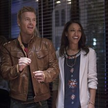 The Flash: Rick Cosnett e Candice Patton in una scena di Plastique