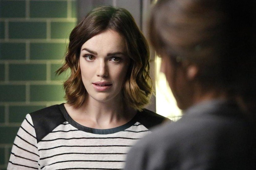 Agents of S.H.I.E.L.D.: Elizabeth Henstridge interpreta Jemma Simmons in The Writing on the Wall