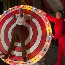 American Horror Story Freak Show: Mat Fraser ed Erika Ervin interpretano una scena dell'epsodio Bullseye