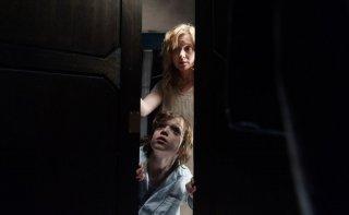 The Babadook: Essie Davis e Noah Wiseman sono madre e figlio perseguitati dall'uomo nero in una scena del film