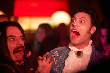 What We Do in the Shadows: Jemaine Clement insieme a Taika Waititi in un momento della commedia horror