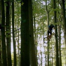 Violet: bici da motocross, in azione nel bosco, in una scena del film