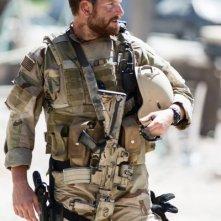 American Sniper: Bradley Cooper vestito in tenuta militare si aggira tra la polvere