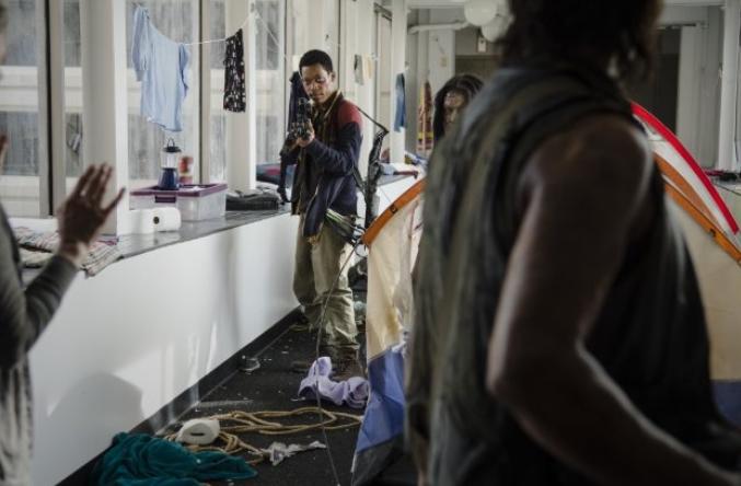 The Walking Dead: Tyler James Williams in una scena dell'episodio intitolato Consumed
